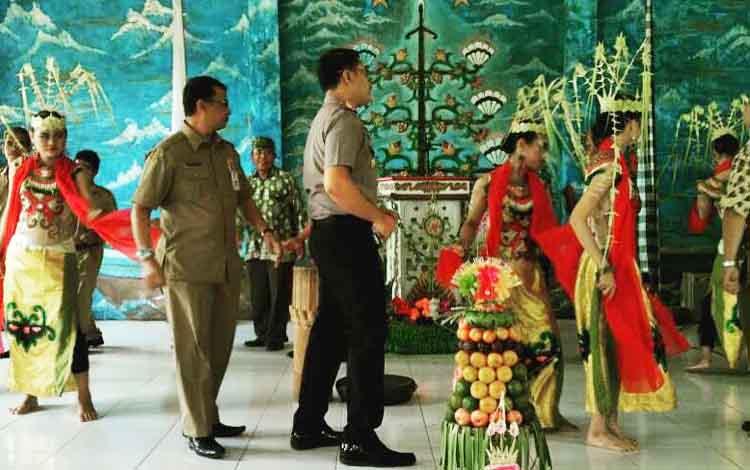 Kegiatan menari manasai bersama di Balai Basarah pada kegiatan perayaan nyepi.