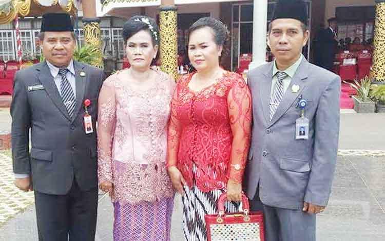 Wakil Ketua II DPRD Barito Timur, Raran, dan istri, bersama Sekda Bartim Eskop dan istri di halaman kantor bupati, di Tamiang Layang, di saat kegiatan perayaan HUT Kabupaten Barito Timur 2016.