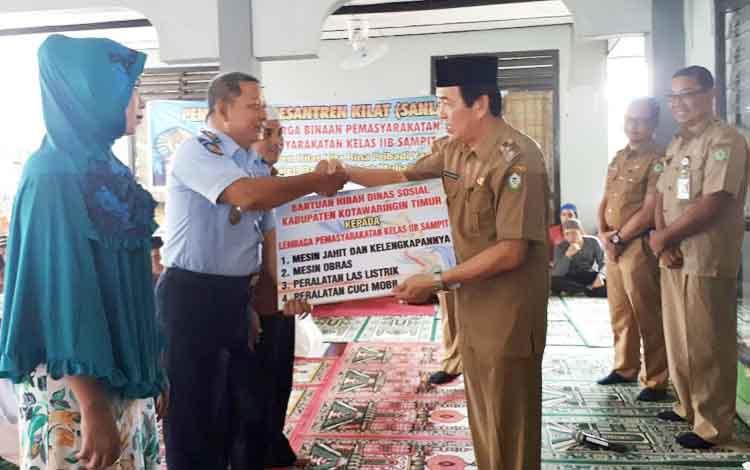 Wabup Kotim, Taufiq Mukri saat menyerahkan bantuan kepada warga binaan Lapas pada kegiatan anjangsana di Lapas Klas IIB Sampit, Selasa (16/5/2017)