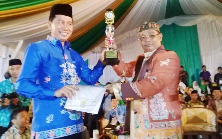 Bupati Barito Utara, Nadalsyah menerima piagam dan piala juara II terbaik STQ ke XXI tingkat provinsi Kalteng dari wakil Gubernur Habib Said Ismail