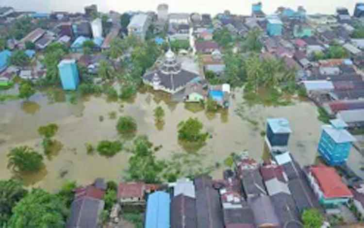 Banjir akibat luapan DAS Katingan di Tumbang Samba Kecamatan Katingan Tengah menyebabkan ratusan rumah di dua desa terendam banjir.