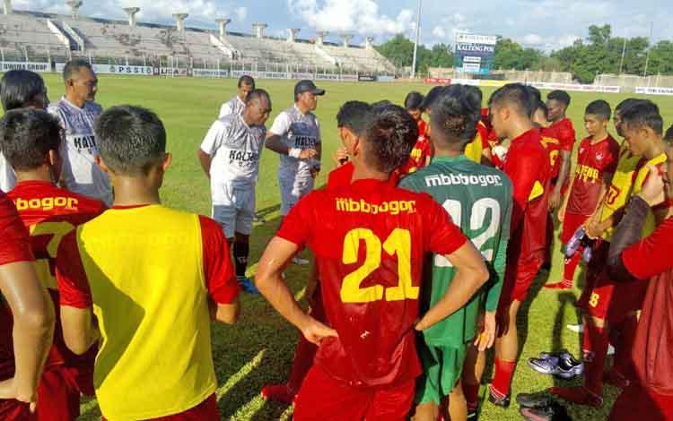 Pelatih Kalteng Putra Kas Hartadi memberikan saran kepada anak didiknya saat latihan di Stadion Tuah Pahoe, Jumat (19/5/2017).