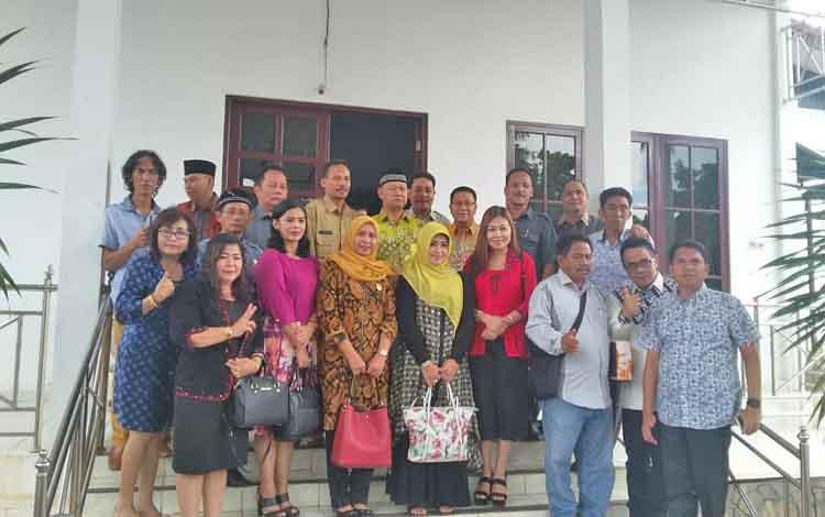 Rombongan DPRD Kota Palangka Raya saat kunjungan kerja ke Kecamatan Pelaihari, Kabupaten Tanah Laut, Kalimantan Selatan, beberapa waktu lalu.