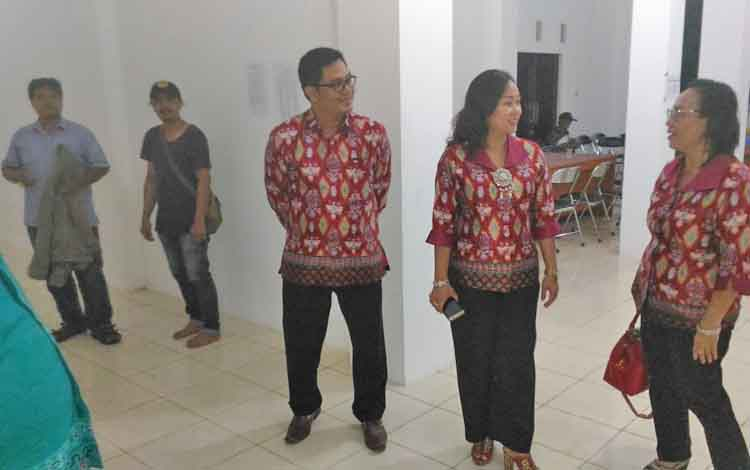 Wakil Bupati Gunung Mas Rony Karlos bersama istrinya Hera Maretina meninjau tempat penginapan kontingen FBIM Gumas di Islamic Centet, Sampit, Kabupaten Kotawaringin Timur, Jumat (19/5/2017) malam.