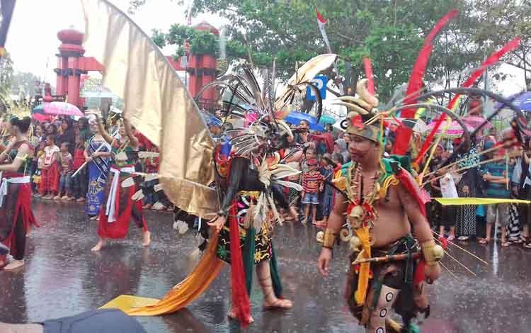 Penampilan peserta Karnaval Budaya Isen Mulang, Kalteng.