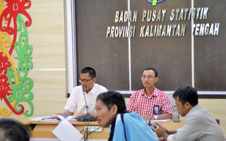 Kepala Badan Pusat Statistik Kalteng Hanif Yahya bersama Kabid Statistik Distribusi Bambang Supriono saat menyampaikan rilis berita statistik di kantornya, di Kota Palangka Raya, awal bulan lalu.