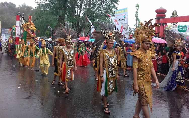 Kapal hias berbentuk naga yang ditampilkan oleh Kabupaten Barito Utara pada Pawai Budaya Isen Mulang