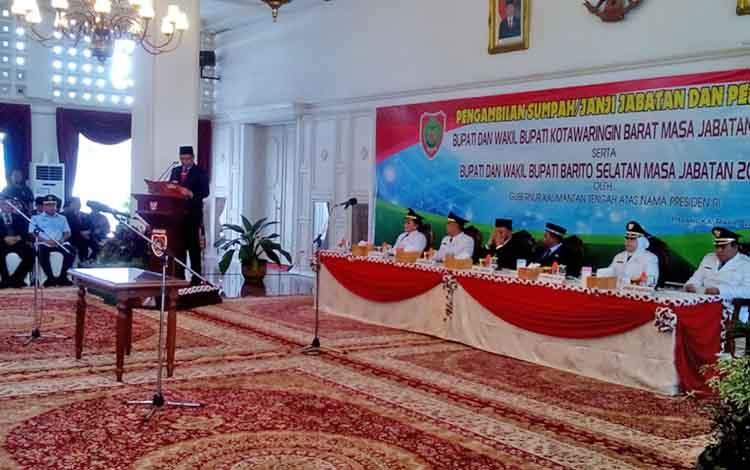 Plt Karo Pemerintahan, Darliansjah membacakan SK Mendagri sebagai dasar pelantikan Bupati dan Wakil BupatiKobar serta Barsel, Senin (22/5/2017)