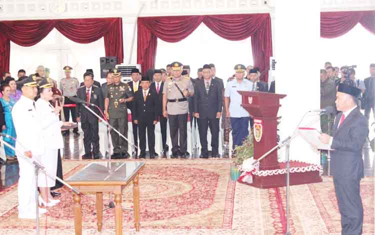 Gubernur Sugianto Sabran saat memandu pengucapan sumpah dan janji jabatan Bupati dan Wakil Bupati Barsel, Senin (22/5/2017).