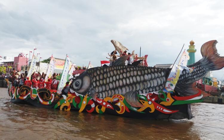 Jukung hias ikon kota Patung Jelawat saat melintasi Sungai Mentaya dalam rangkaian FBIM, Senin (22/5/2017) sore.