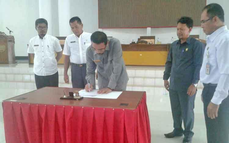 Wakil Ketua DPRD Seruyan Norhasan saat menandatangani nota kesepakatan terkait pengajuan sejumlah Raperda yang sebelumnya telah disampaikan pihak eksekutif, pada rapat Badan Legislasi DPRD Seruyan, Rabu (24/5/2017).