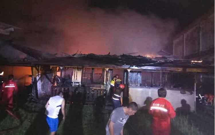 Rumah Stefi dan Mahdalena di Jalan G Obos terbakar, Minggu (28/5/2017) malam