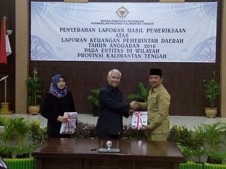 Kepala BPK Kalteng Raden Cornell Syarief menyerahkan dokumen LKPD Walikota Palangka Raya, Riban Satia, Senin (29/5/2017)