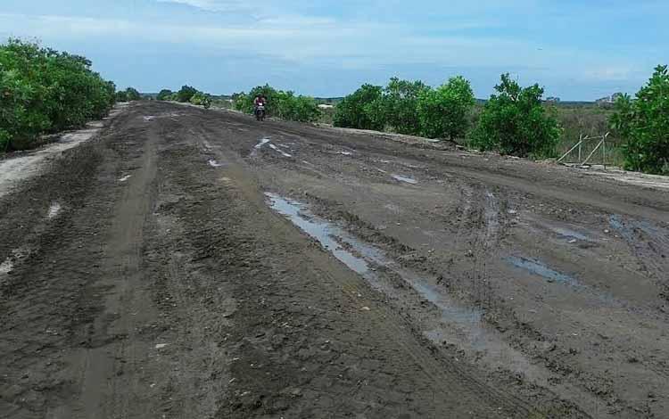 Jalan poros penghubung Kecamatan Sukamara dan Kecamatan Pantai Lunci.