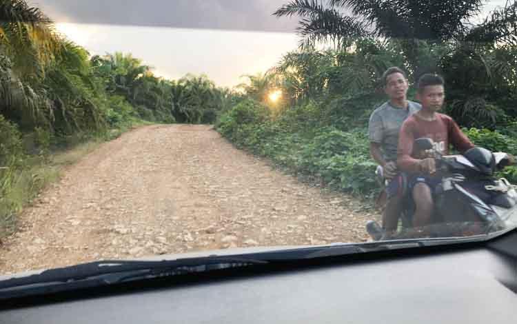 Jalan poros dari kelurahan Pangkut menuju desa Panahan Kecamatan Aruta masih berupa timbunan tanah. Ketika musim hujan, jalan penghubung desa ini sulit dilewati.