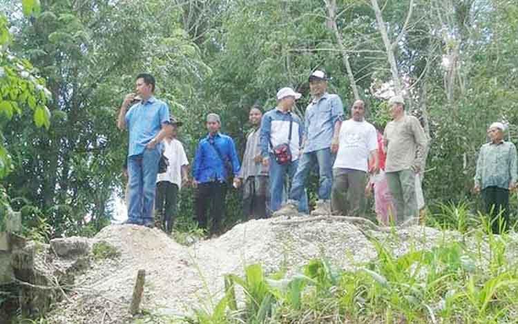 Bupati Barito Utara, Nadalsyah bersama Camat Lahei Rayadi meninjau lokasi pembangunan Pesantren di Kelurahan Lahei II, Kecamatan Lahei.