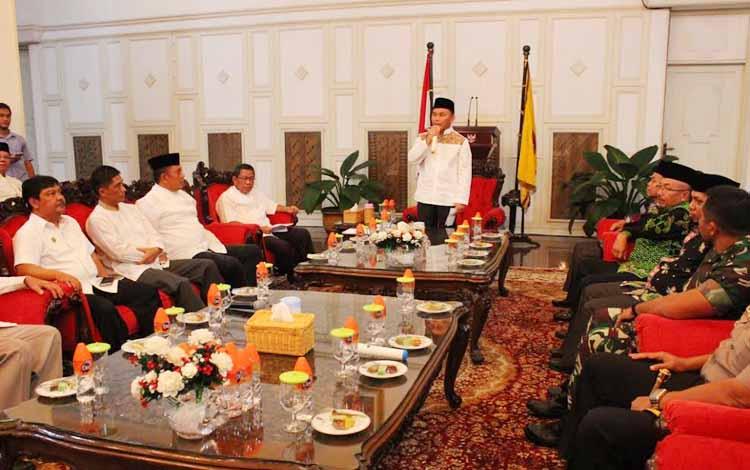 Gubernur Kalteng Sugianti Sabran memberi wejangan kepada Plt Bupati Katingan, Sakariyas seusai menyerahkan sK tersebut