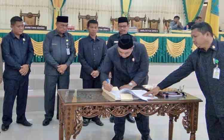 Wakil Ketua II DPRD Lamnadau, Taufik Hidayat, saat menandatangani berita acara pada gelaran Rapat Paripurna, beberapa waktu lalu.