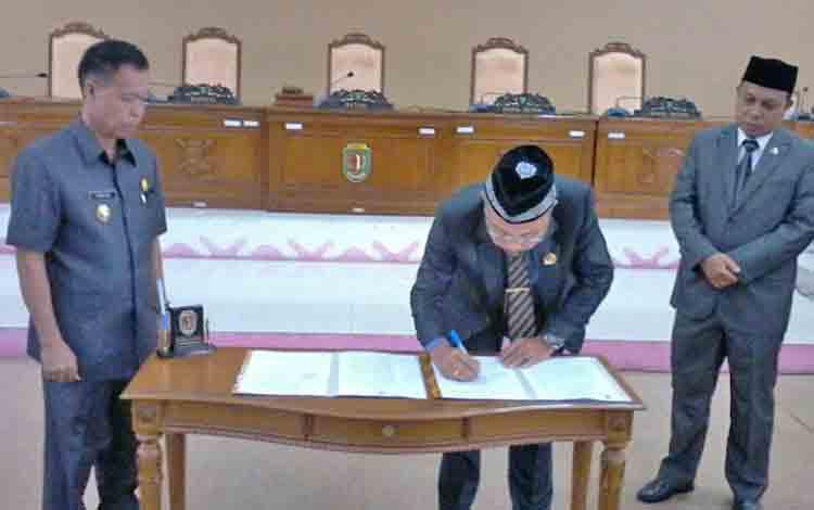 Ketua DPRD Katingan Ignatius Mantir Ledie Nussa menandatangani berita acara paripurna istimewa putusan Mendagri pemberhentian Bupati Katingan dan pengusulan PLT Bupati Katingan menjadi Bupati Katingan, Senin (12/6/2017).