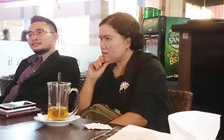 Norlita bersama tim Penasehat Hukum menunjukkan petikan putusan Pengadilan Tinggi Kalimantan Tengah di Palangka Raya, Senin (12/6/2017) sore
