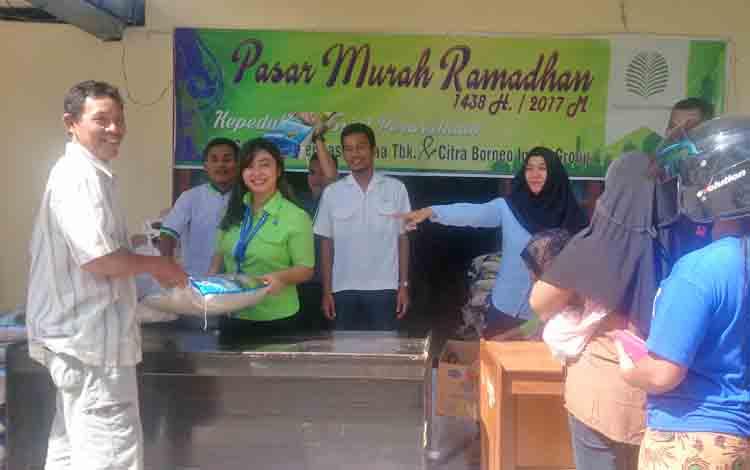 Warga kurang mampu di Kelurahan Sidorejo berduyun-duyun datang ke kantor Kelurahan Sidorejo untuk menebus paket sembako murah, Rabu (14/6/2017)