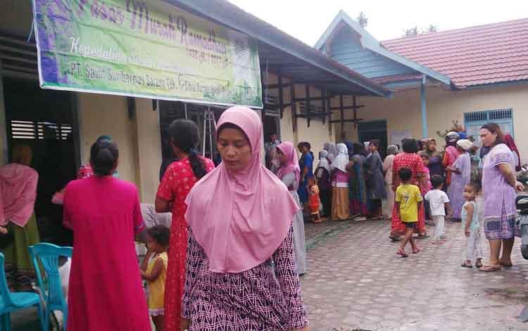 Warga Kelurahan Candi, Kecamatan Kumai berbondong-bondong menebua paket sembako murah di kantor Kelurahan Candi, Selasa (20/6/2017)