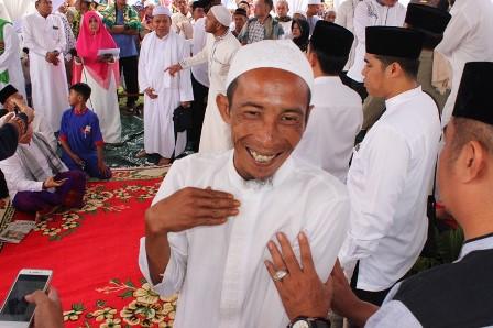 Juru parkir di kawasan pertokoan Flamboyan, Kota Palangka Raya, Sugiansyah, tersenyum bahagia setelah mendapat tiket pertama hadiah umrah dari Gubernur Kalteng Sugianto Sabran.