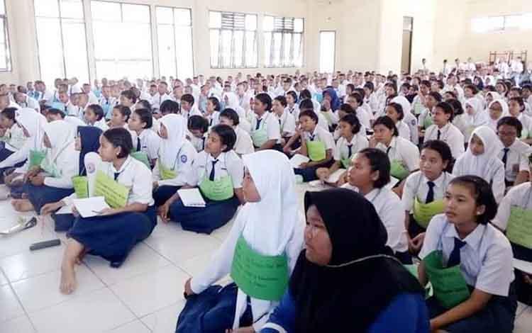 Sebanyak 316 siswa baru di SMAN 5 Palangka Raya menerima pengarahan, Senin (10/7/2017)