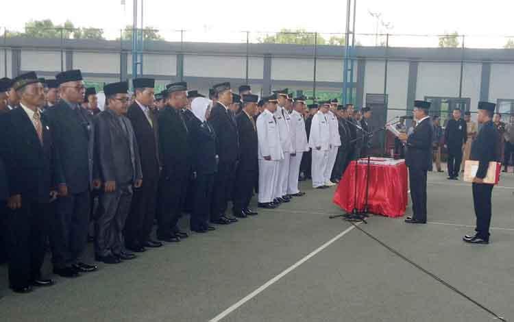 Bupati Seruyan Sudarsono memimpin pengambilan sumpah janji jabatan dan pelantikan pejabat struktural eselon II, III dan IV Pemkab Seruyan, Senin (10/7/2017) sore.