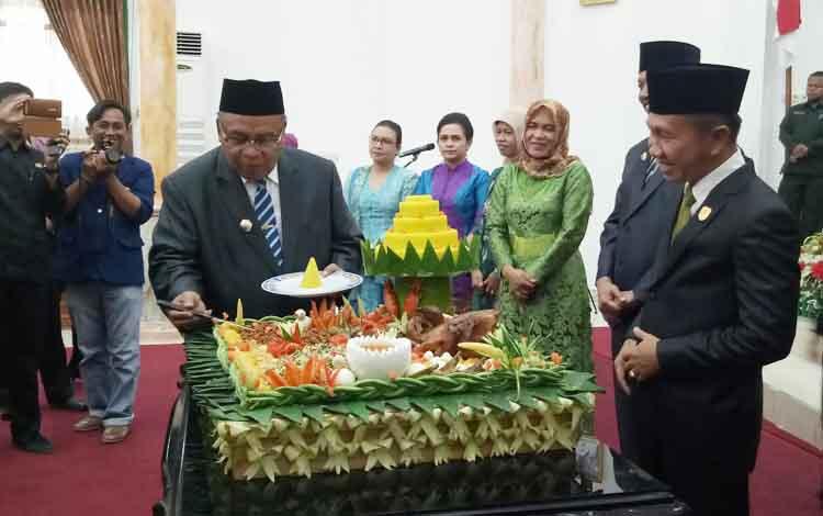 Ketua DPRD Kabupaten Sukamara, Eddy Alrusnadi bersama Bupati Sukamara, Ahmad Dirman memotong pada Rapat Paripurna Istimewa DPRD dalam rangka HUT Kabupaten Sukamara ke-15.
