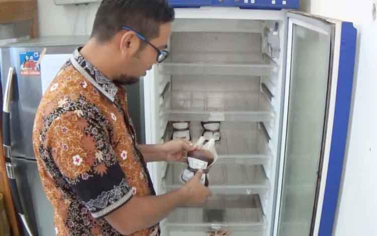 Humas UDD PMI Kotim Seniwantoko saat menunjukkan stok darah, Kamis (13/7 /2017)
