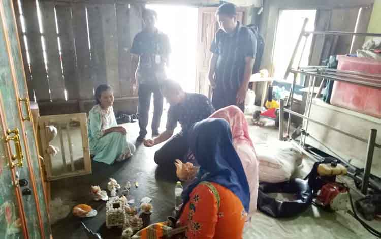 Petugas dari Kementerian Desa memantau salah satu rumah warga didampingi Pejabat Desa Ujung Pandaran, Kecamatan Teluk Sampit, Kabupaten Kotim, Jumat (14/7/2017).