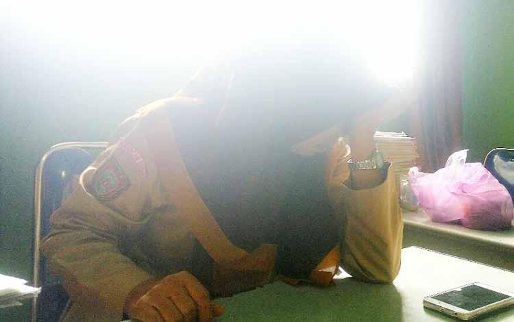Lantaran ketakutan dan trauma akibat pemukulan yang dilakukan oleh Oknum anggota Sabara Polres Kobar Brigadir ASS terhadap muridnya, Parminah guru wali kelas VI menangis saat menceritakan kejadian tersebut