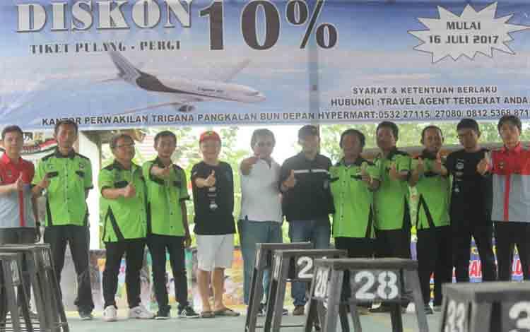 Perwakilan Trigana Air foto bersama panitia lomba dan tim juri Ronggolawe Pangkalan Bun, Minggu (16/7/2017)
