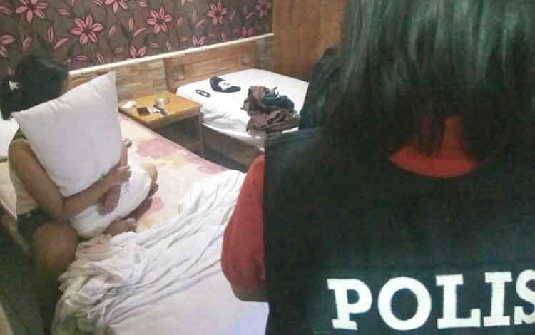 Aparat kepolisian menjaring pasangan di Wisma Pisces, Sabtu (16/7/2017)