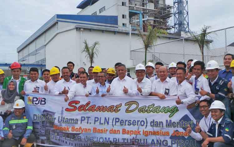 Dirut PT PLN Persero Sofyan Basir menggunkan kemeja putih lengan panjang saat foto bersama karyawan PLN Senin(17/7/2017).