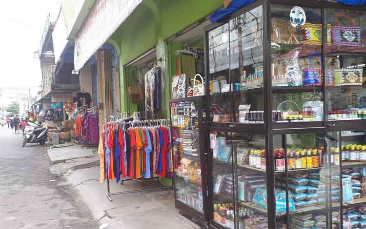 Kawasan Pasar Inpres, menjual batik dan kaos khas Sampit, Kotim
