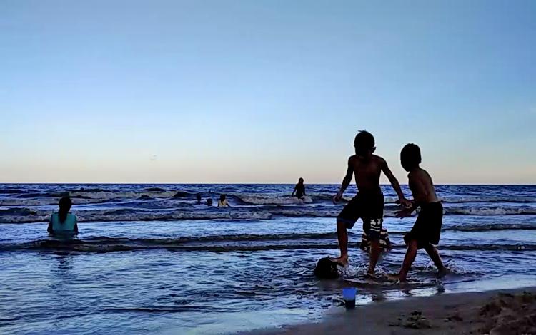 Sejumlah anak-anak sedang bermain di tepi Pantai Ujung Pandaran.