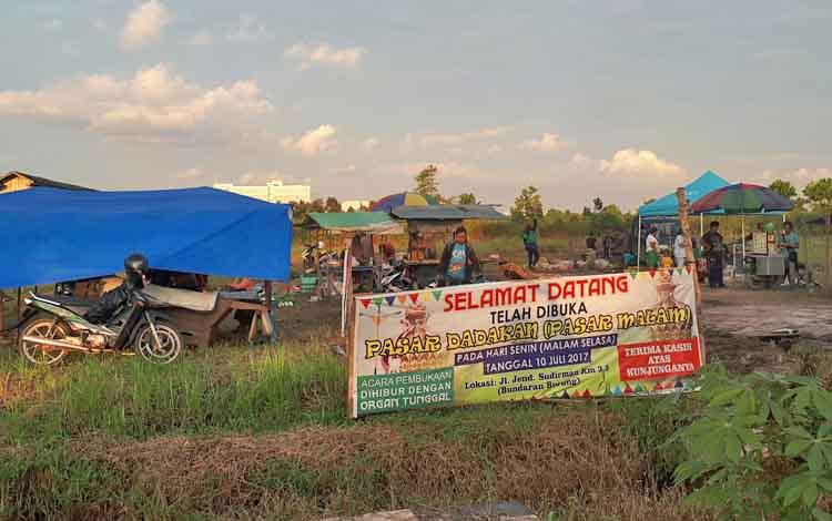 Salah satu pasar dadakan di Jalan Jenderal Sudirman km 3, yang mulai beroperasi sejak dua minggu terakhir.