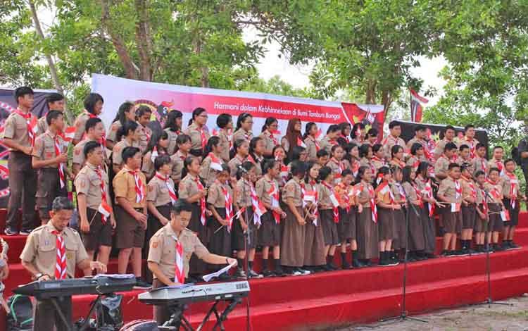 Di Bumi Perkemahan Tuah Pahoe ini, lagu Indonesia Raya akan dinyanyikan tiga stanza, namun rencana itu tidak terlaksana
