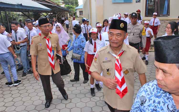 Mendikbud Muhadjir didampingi Kepala Dinas Dikbud Kalteng Slamet Winaryo saat meninggalkan SMPN 2 Palangka Raya menuju lokasi KBN, Senin (17/7/2017)