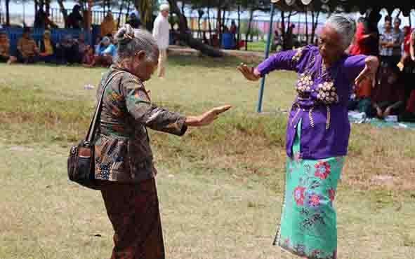 Dua wanita lansia menari pada acara peringatan Hari Lansia tahun 2017 di Kabupaten Sukamara.