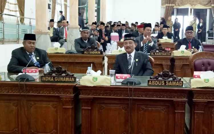 Anggota DPRD Kabupaten Sukamara saat mengikuti pelaksanaan rapat paripurna.