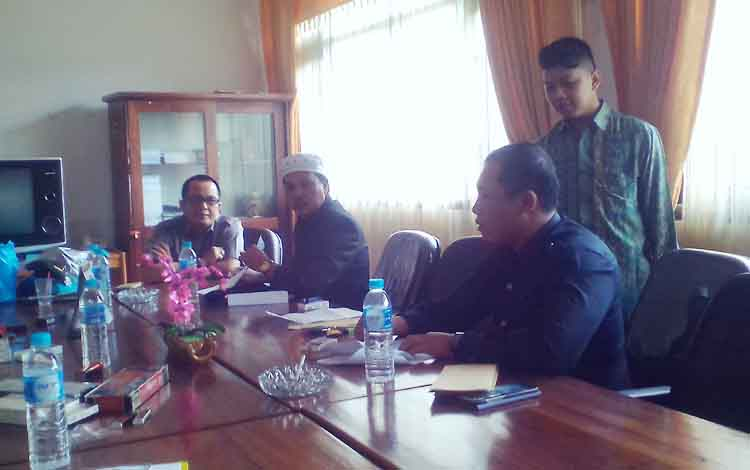 Ketua dan Anggota Komisi III DPRD Kabupaten Kapuas menggelar rapat terkait laporan keberatan yang disampaikan CV Lentera Merah Konstruksi melalui surat yang ditembuskan kepada Komisi III DPRD Kabupaten Kapuas.\\r\\n
