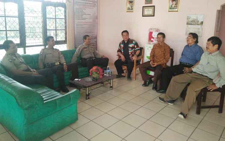 Anggota Satbinmas Polres Palangka Raya berbincang dengan para pengurus gereja.