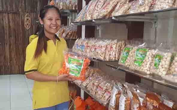 Beragam Camilan berbahan dasar ikan jelawat yang dijual di toko oleh-oleh Kota Sampit.