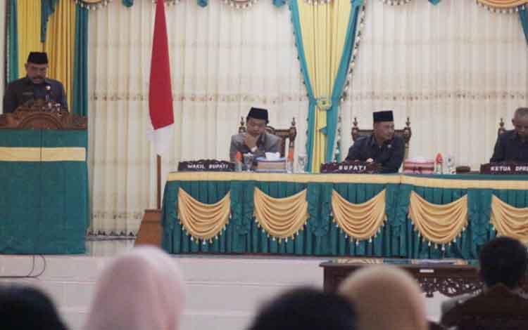 Sekretaris Rapat Gabungan, Hadi Suyono, saat menyampaikan laporan hasil rapat gabungan DPRD Lamandau bersama tim anggaran pemerintah kabupaten Lamandau terhadap Ranperda LPj pelaksanaan APBD TA 2016, dalam rapat paripurna Selasa (1/8/2017)