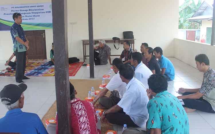 Koordinator CSR SSMS Grup Kharis Nuryanto dalam  kegiatan Focus Grup Diskusi (FGD) bersama warga Desa Natai Baru