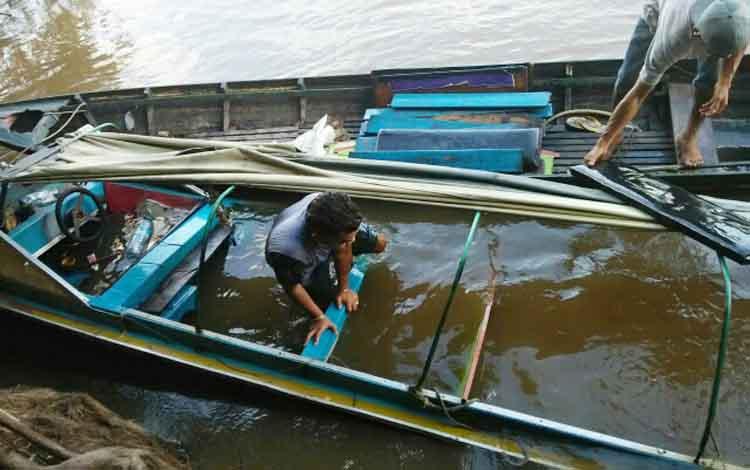 Taxi motor/kelotok yang mengangkut beras bantuan banjir dan 15 orang dan barang lainnya tenggelam di Sungai Katingan sekitar Pelabuhan Kereng Pekahi Desa Jahanjang Kecamatan Kamipang, Sabtu (5/8/2017).