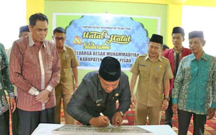 Bupati Edy Pratowo saat meresmikan Masjid Ahmad Dahlan di Pulang Pisau.